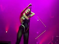 Tove Lo en topless cantando Talking Body - Oakland