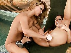 Debbie White makes her fingers disappear in Cindy Hopes wet hole