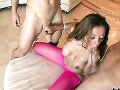 Chica Francesca Le asks hot guy to insert his pole in her mouth