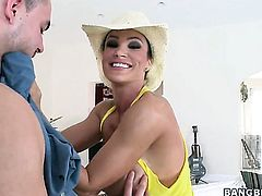 Brunette porn girl Lisa Ann with gigantic hooters milks worm with her hot lips