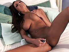 Amy Reid with trimmed cunt rubs her pussy the way she loves it
