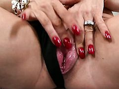 Well-endowed hottie Diamond Foxxx with gigantic knockers and trimmed cunt gets satisfaction in solo scene