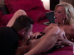 Amber Lynn does oral job for hard dicked guy to enjoy