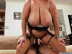 Tyler Nixon pulls out his tool to fuck sultry Samantha 38Gs wet spot