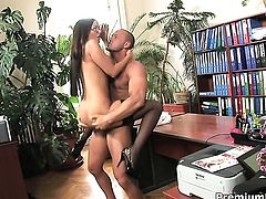 Angelica Heart puts her soft lips on dudes stiff tool