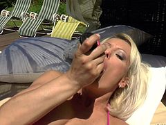 Pussy fingering in the sun with MILF Vanessa Moore