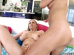 Julia Ann with bubbly bottom loves the way Chloe Amour eats her muff pie