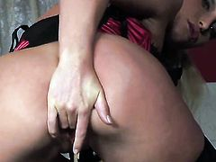 Caty Campbell gives pleasure to herself with toy