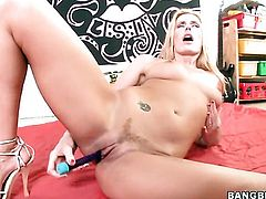 Blonde Darryl Hanah makes dudes throbbing rod disappear in her mouth in sexual ecstasy