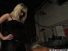 Blonde tramp Adriana Russo with gigantic melons and Lee Lexxus kill time playing with each others sn