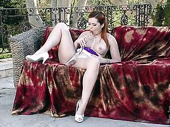 Angell Summers with trimmed bush proves that her body is perfect after stripping