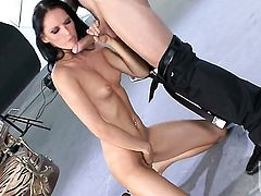 Jennifer Dark sucks like it aint no thing in blowjob action with hot blooded guy