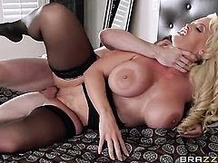 Milf Alura Jenson gets pleasure with rock solid boner in her mouth