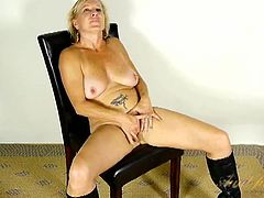 Naked babe in sexy leather boots masturbates solo