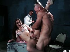 Brunette Dani Daniels gets her mouth destroyed by guys cock