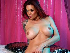 Goreous busty babe Tera Patrick loves exploring her curves