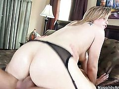 Blonde sex kitten with round bottom shows nice solo tricks with her new toy, Updatetube.com