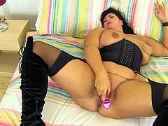 This fat mature nymphomaniac really wants to have sex with you, but unfortunately she is all alone. So, the only option for her is to masturbate for you. She spreads her fat cunt lips and plays with her pink vibrator.