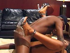 sexy-guy-drills-the-pussy-and-gives-a-cum-facia