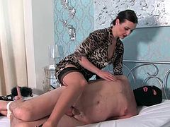 The Furs Mistress hogties her slave