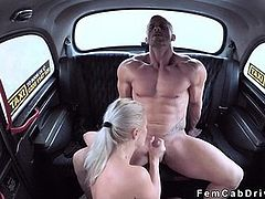 Muscular dude bangs busty blonde cabbie