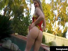 Masturbating Babe Sunny Lane Rubs Her Pussy In A Hot Tub!