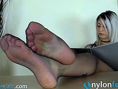 Secretary in pantyhose shoeplay under the table