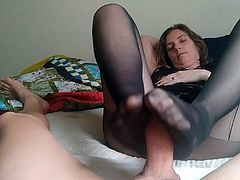 Linda giving a foot job in nylons