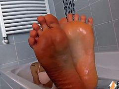 Worship Petra's feet while she's in the bathtube